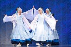 Meisjes in witte kleding die op stadium, Russische Nationale Dans dansen Royalty-vrije Stock Afbeelding