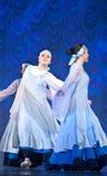 Meisjes in witte kleding die op stadium, Russische Nationale Dans dansen Stock Afbeeldingen