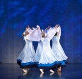 Meisjes in witte kleding die op stadium, Russische Nationale Dans dansen Stock Foto's
