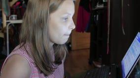 meisjes zitting bij laptop stock footage