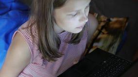 meisjes zitting bij laptop stock videobeelden