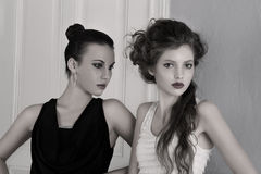 Meisjes in zwart-witte kleding met het verbazen Stock Fotografie
