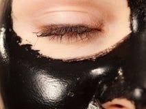 Meisjes zwarte carbo schil van masker op gezicht royalty-vrije stock afbeeldingen