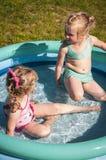 Meisjes in zwembad Stock Afbeeldingen