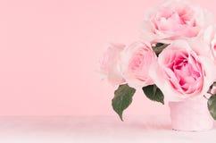 Meisjesachtige zachte bloemenachtergrond - uitstekende roze rozen op witte houten raad, exemplaarruimte royalty-vrije stock afbeelding