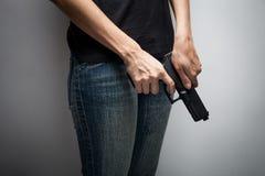 Meisjesambtenaar Concealing Weapon stock afbeelding
