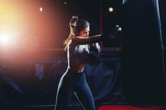 Meisjesatleet Boxing MMA royalty-vrije stock afbeelding