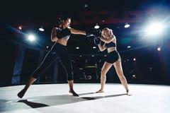 Meisjesatleet Boxing MMA stock foto
