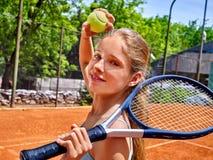 Meisjesatleet met racket en bal op tennis Stock Foto