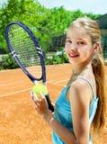 Meisjesatleet met racket en bal op tennis Stock Foto's