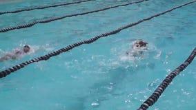 Meisjesatleet opleiding voor rugslag het zwemmen stock footage