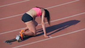 Meisjesatleet van begin en het runnen van 400 meters stock video