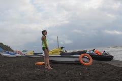 Meisjesbadmeester, met oranje boei voor het levensbesparing op plicht die overzees, oceaanstrand overzien Waterautoped op strand royalty-vrije stock afbeelding