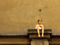 Meisjesbeeldhouwwerk op richel stock fotografie