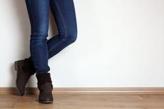 Meisjesbenen in schoenen Stock Foto