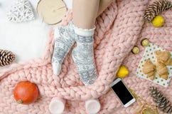 Meisjesbenen in sokken op Merinoswol algemeen, in concept Close-up vlak royalty-vrije stock fotografie