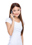 Meisjesbespreking op mobiele telefoon Royalty-vrije Stock Afbeelding