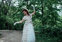 Meisjesbruid die in het park dansen stock foto's