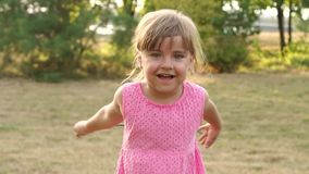 Meisjeschreeuwen luid in het Park in de zomer stock video