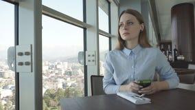 Meisjescontrole en bespreking op een telefoon door het venster stock footage