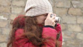 Meisjesfoto's op een filmcamera, zijaanzicht stock video