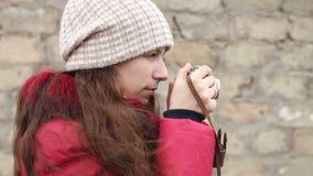 Meisjesfoto's op een filmcamera, zijaanzicht stock footage