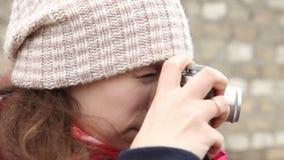 Meisjesfoto's op een filmcamera, zijaanzicht stock videobeelden