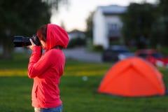 Meisjesfotograaf dichtbij van tentkamp Stock Afbeelding