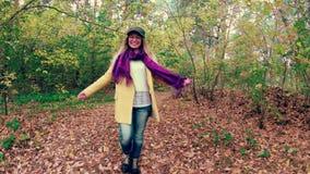 Meisjesgang in het de herfst kleurrijke mooie bos stock videobeelden