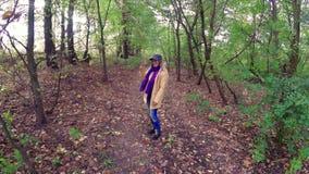 Meisjesgang in het de herfst kleurrijke mooie bos stock video