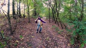 Meisjesgang in het de herfst kleurrijke mooie bos stock footage