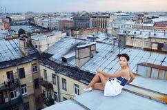 Meisjesgang op de daken Royalty-vrije Stock Afbeeldingen