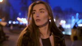 Meisjesgangen bij nacht in de stad stock footage