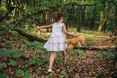Meisjesgangen in het hout Meisje die in het hout lopen Royalty-vrije Stock Afbeeldingen
