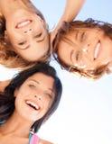 Meisjesgezichten met schaduwen die neer eruit zien Stock Foto