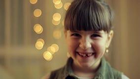 Meisjesglimlach in camera stock videobeelden