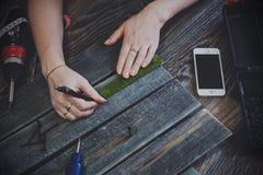 Meisjeshanden en houten planken Royalty-vrije Stock Afbeelding