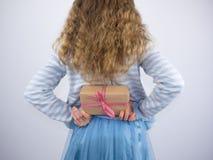 Meisjesholding huidig achter rug stock afbeeldingen