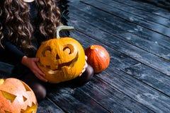 Meisjesholding met de Halloween-lantaarn van de pompoen hoofdhefboom op dar Stock Fotografie