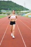 Meisjesjogging op een renbaan Royalty-vrije Stock Afbeelding