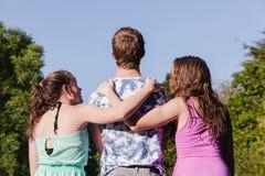 Meisjesjongen die samen lopen Stock Fotografie
