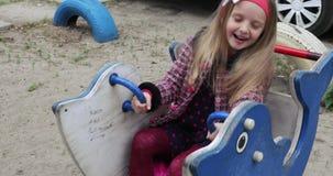 Meisjeskind in de speelplaats stock videobeelden