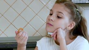 Meisjeskind die een ongezuurd broodje eten stock videobeelden