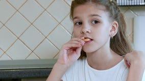 Meisjeskind die een ongezuurd broodje eten stock footage