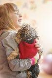 Meisjeskind met een puppy Yorkshire Terrier Stock Fotografie