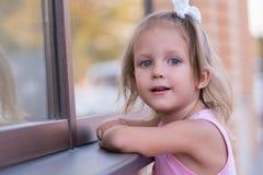 Meisjeskind op de straat stock foto's
