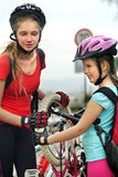 Meisjeskinderen die Familiepomp op fietsband cirkelen Royalty-vrije Stock Fotografie