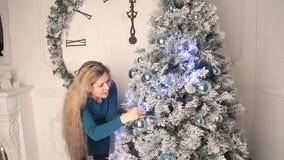 Meisjeskleding op Kerstmisboom stock video