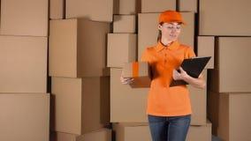 Meisjeskoerier in oranje eenvormig leverend een pakket aan verkeerd adres Fout of onnauwkeurigheidsconcept, 4K video stock footage