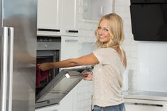 Meisjeskok met oven met grote glimlach royalty-vrije stock foto